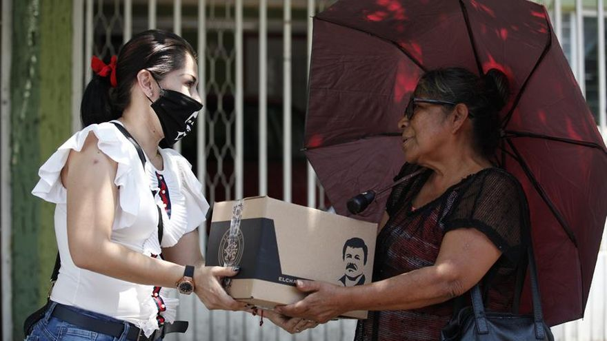 Personal de la marca el Chapo 701 entrega este jueves comida a personas de la tercera edad en situación vulnerable en apoyo ante la emergencia de la Covid-19 en la ciudad de Guadalajara, estado de Jalisco.