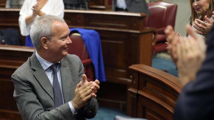 Sebastián Franquis es recibido con aplausos en el Parlamento de Canarias tras superar un infarto en octubre