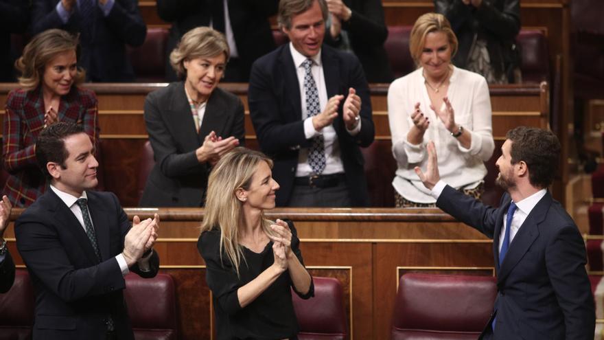 El presidente del PP, Pablo Casado, agradece el aplauso de la bancada popular tras su intervención en la segunda sesión de votación para la investidura
