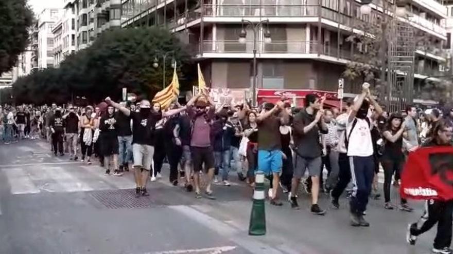 Grupo de manifestantes catalanistas en la calle Colón de Valencia.