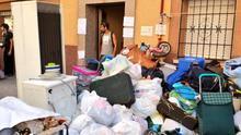 Las pertenencias de la familia de Jorge y Yolanda se amontonan en la calle tras el desalojo. / Stéphane M. Grueso