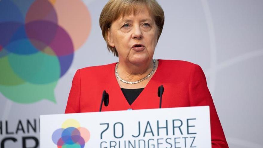 Merkel llama a defender los valores y derechos constitucionales