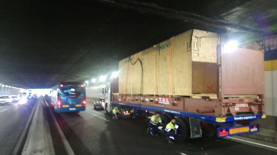 Un camión queda atascado en el túnel de Santa Catalina.