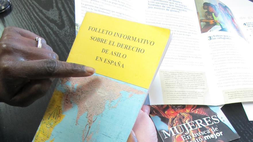Folleto informativo sobre el derecho de asilo en España. / Fotografía: ACNUR