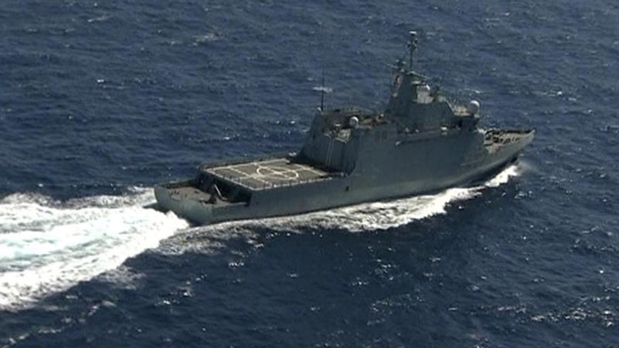Uno de los barcos que trabajan en la búsqueda de los militares desaparecidos en el accidente del Superpuma (EFE)