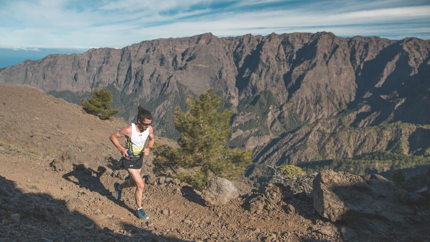 Un corredor a su paso por el Parque Nacional.
