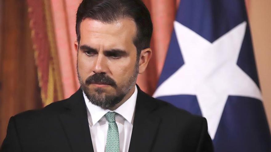 El gobernador de P.Rico pide convocar a su partido en medio de la crisis por chat