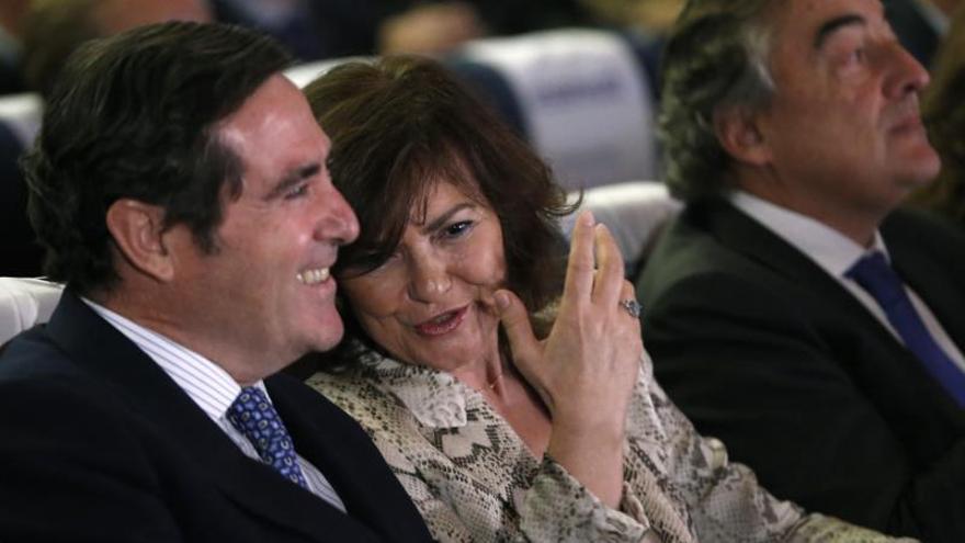 Garamendi, a la izquierda, junto a la vicepresidenta del Gobierno, Carmen Calvo, y su predecesor, Juan Rosell.