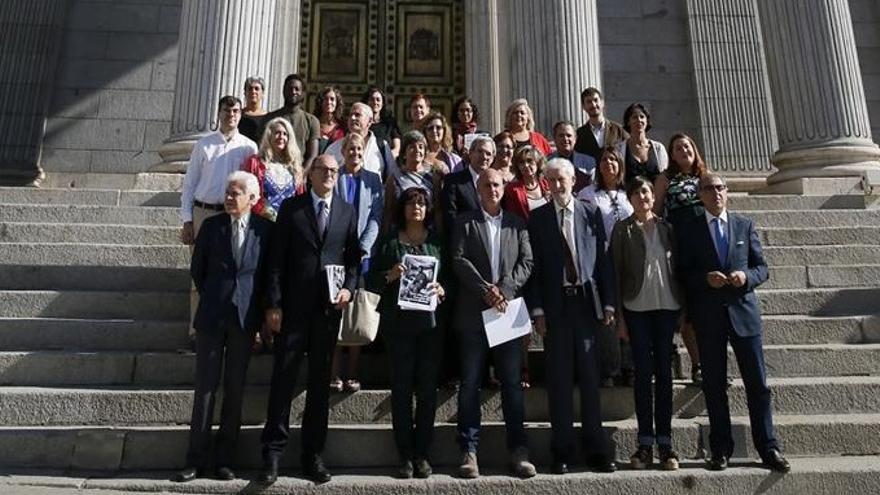Representantes de diferentes organizaciones sociales, médicas y sindicales a su llegada al Congreso de los Diputados para firmar con todos los grupos de la oposición, excepto Ciudadanos, un pacto por una sanidad pública y universal.
