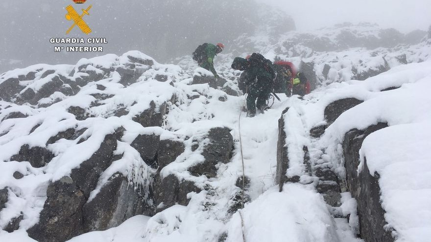 El GREIM suspende al anochecer el rescate de los cuerpos de los montañeros, que continuará mañana