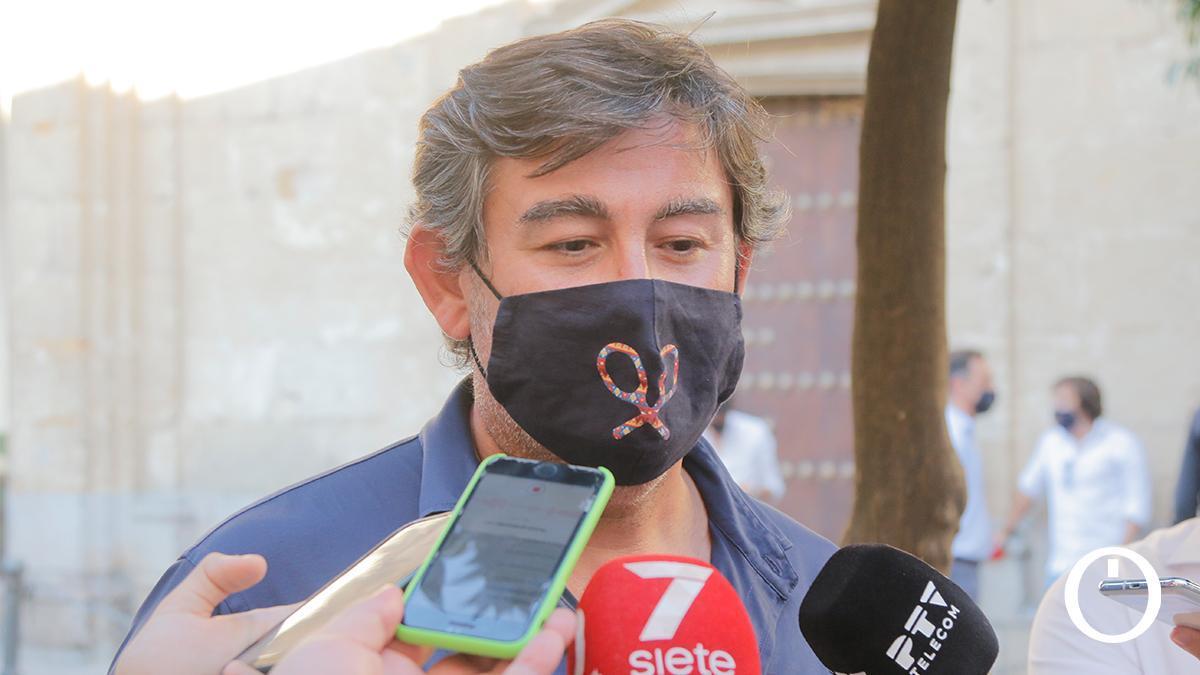 Javier González Calvo atendiendo a los medios