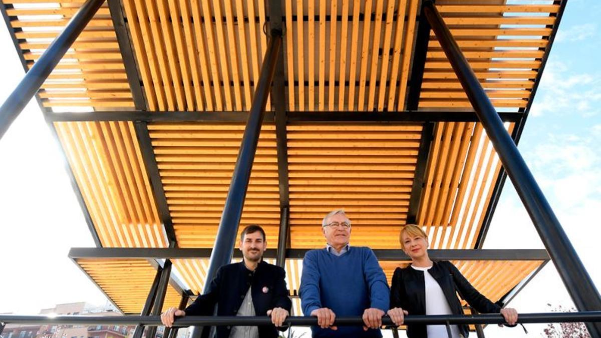 En el centro, el alcalde de València, Joan Ribó, en una de las instalaciones de pérgolas fotovoltaicas.