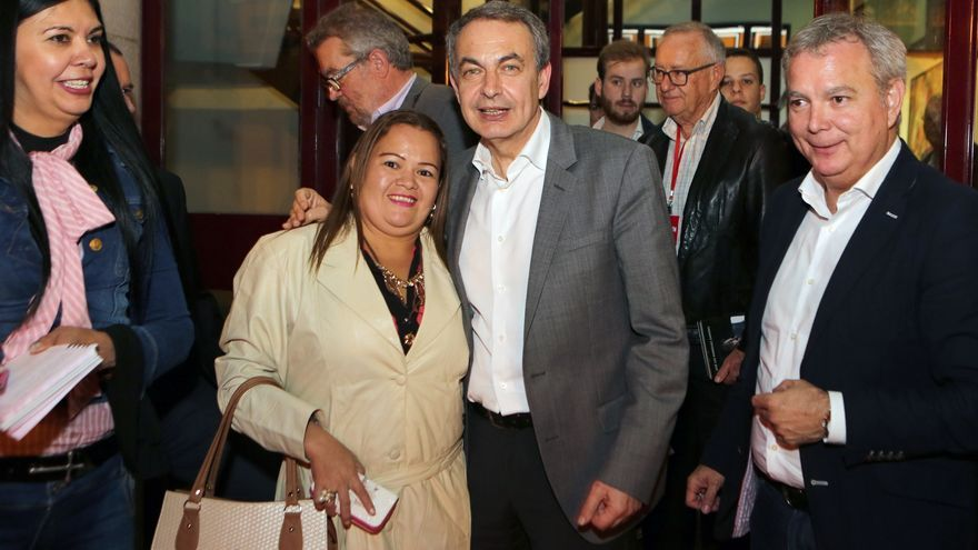 Zapatero saluda a simpatizantes del PSOE