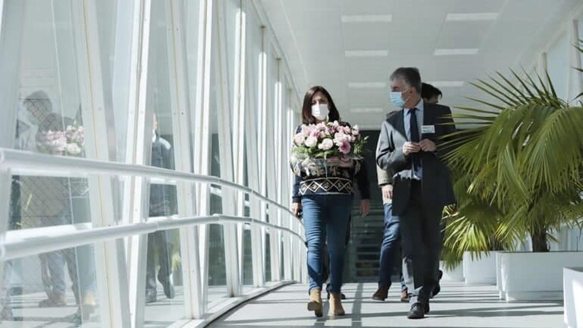 La consejera Artolazabal, con un ramo de flores, y el director de Zaballa, Benito Aguirre, este martes