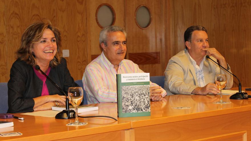Elodia Hernández, José Hurtado y Javier Escalera en la presentación del libro 'Movimientos sociales, participación y ciudadanía en Andalucía'.