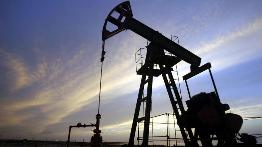 El Brent, el petróleo de referencia en Europa, baja en torno al 1,4 % y supera por poco los 54 dólares por barril, nivel que ha perforado por la mañana.
