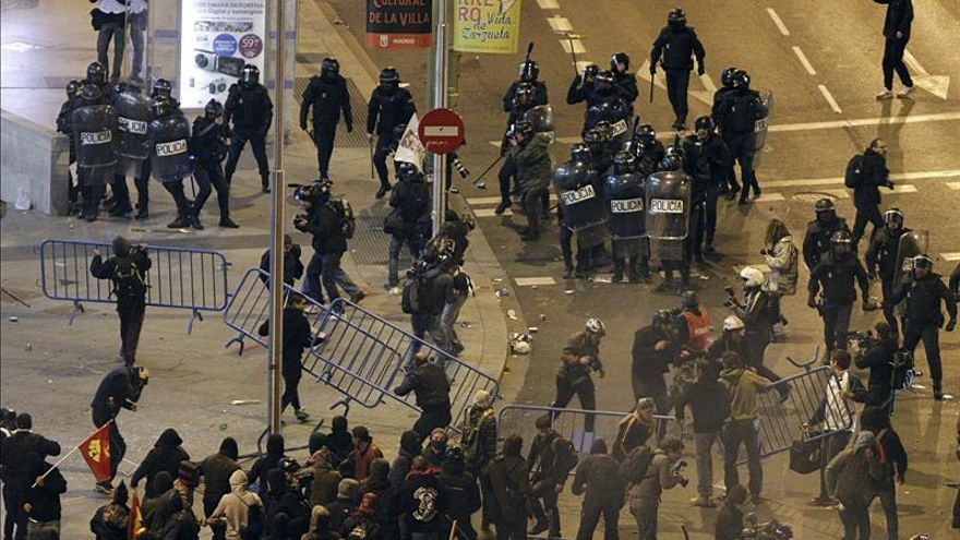 Cosidó alerta de la escalada violenta y anuncia más protección para los policías