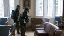 Militares de la Brilat desinfectan la residencia de mayores Nosa Señora dos Anxos, en Ribadavia, Ourense.