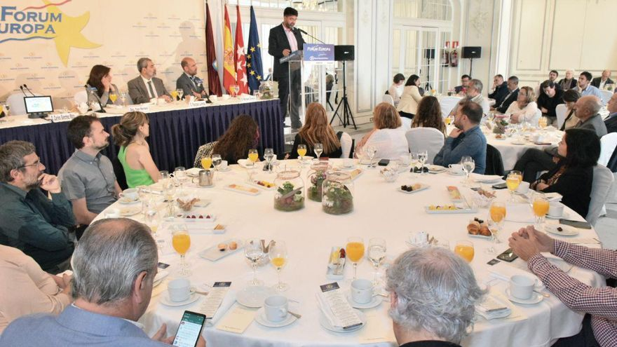 Carlos Sánchez Mato (En Pie), durante un desayuno informativo.