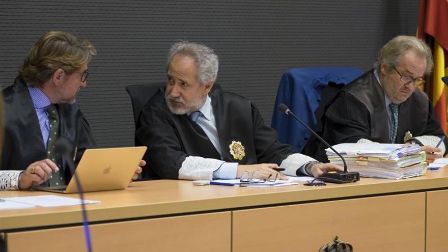 Los magistrados Emilio Moya (c), Carlos Vielba (d) y Salvador Alba (i) en el juicio a Antonio Ojeda