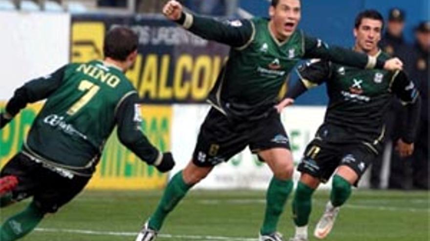 Pablo Sicilia celebra el gol del Tenerife.