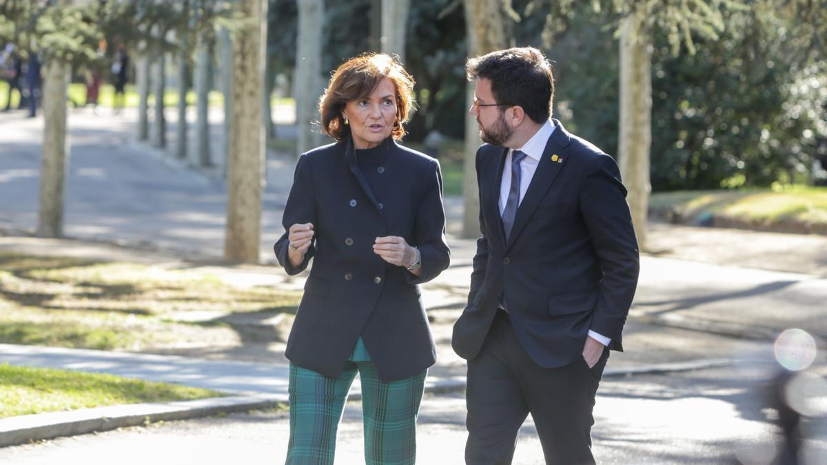 La vicepresidenta Carmen Calvo junto a Pere Aragonès, en el encuentro mantenido en febrero del año pasado en La Moncloa.