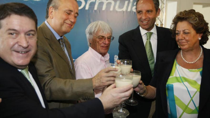 José Luis Olivas, expresidente de Bancaja, Fernando Roig, presidente del Villarreal CF, Bernie Ecclestone, patrón de la Fórmula 1, Francisco Camps y Rita Barberá.
