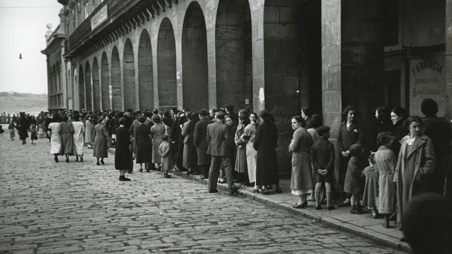 Cola en la Plaza Mayor para obtener víveres en la Pescadería Municipal. Gijón, 14 de febrero de 1937.