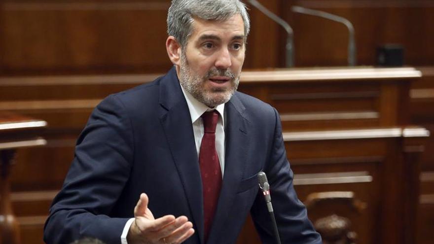 El presidente de Canarias, Fernando Clavijo, durante un pleno del Parlamento regional.