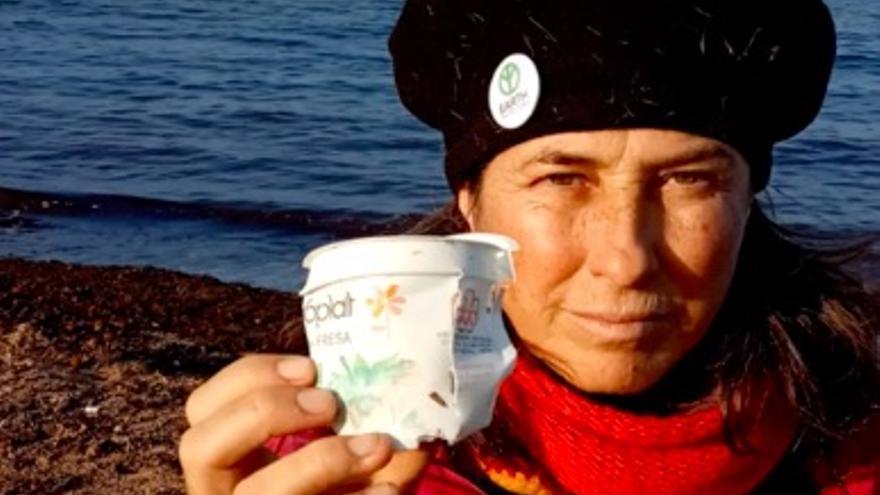 Maite Mompó muestra el yogur de 1976 hallado en una playa de Dénia.