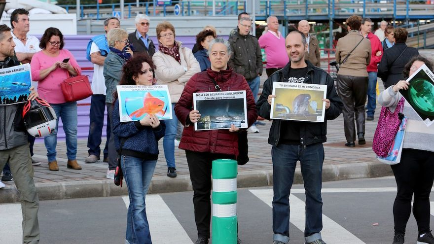 La concejala del Ayuntamiento Pilar Álvarez (c), protesta contra el acuario en la inauguración