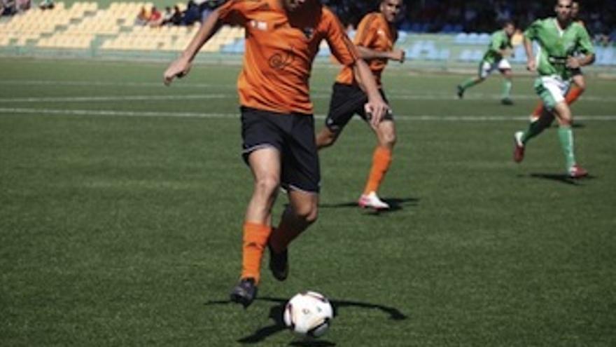 Un jugador del Corralejo avanza con el balón. (ACFI PRESS)