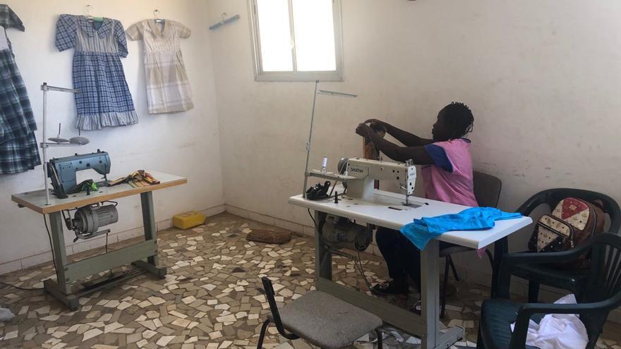 Una niña en el taller de costura de Koflec.