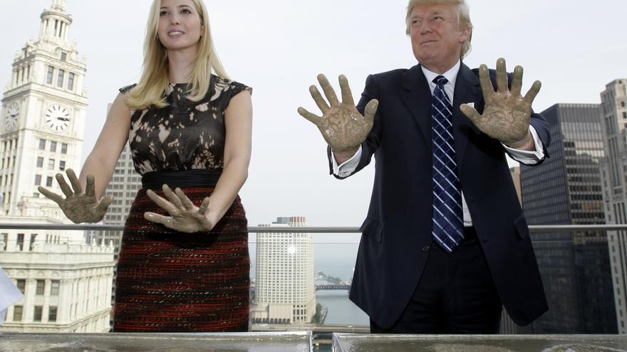 Trump y su hija Ivanka ponen sus manos sobre cemento en un acto en la Trump Tower de Chicago en 2008.