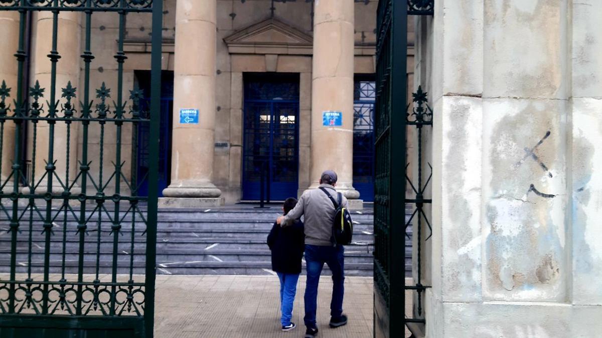 Un padre y su hijo a la entrada al colegio Marianistas de Vitoria