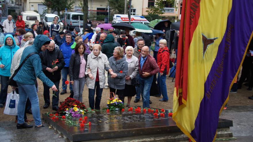 Familiares de los combatientes y otras personas depositaron flores en el momumento a las Brigadas Internacionales en el parque de Friedrichshain