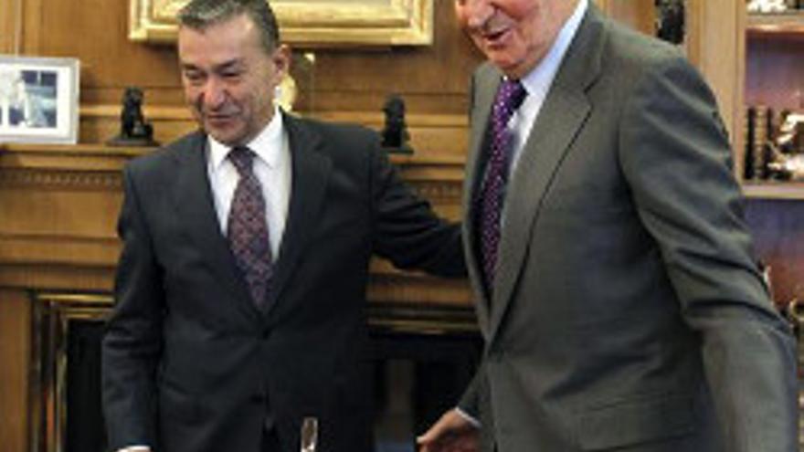 El Rey Juan Carlos recibe al presidente de Canarias, Paulino Rivero (i), tras la carta que este le remitió para exponerle la situación de la comunidad autónoma, hoy en el Palacio de la Zarzuela. EFE/J.J. Guillén ***POOL***