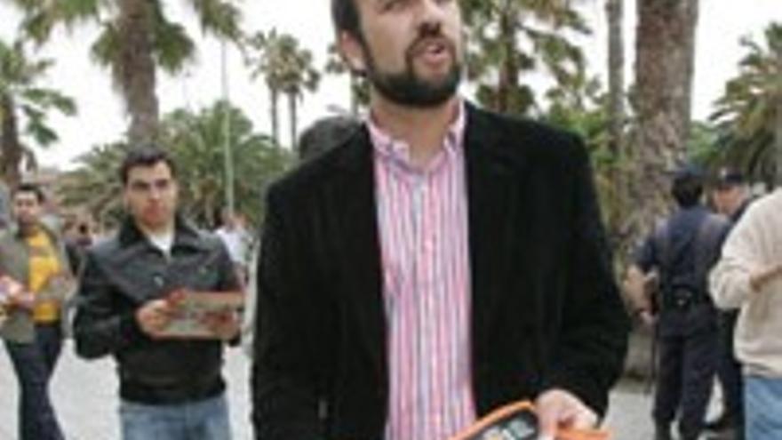 Sergio Tinguaro Falcón, repartiendo panfletos a las puertas de un acto del PSOE en LPGC.