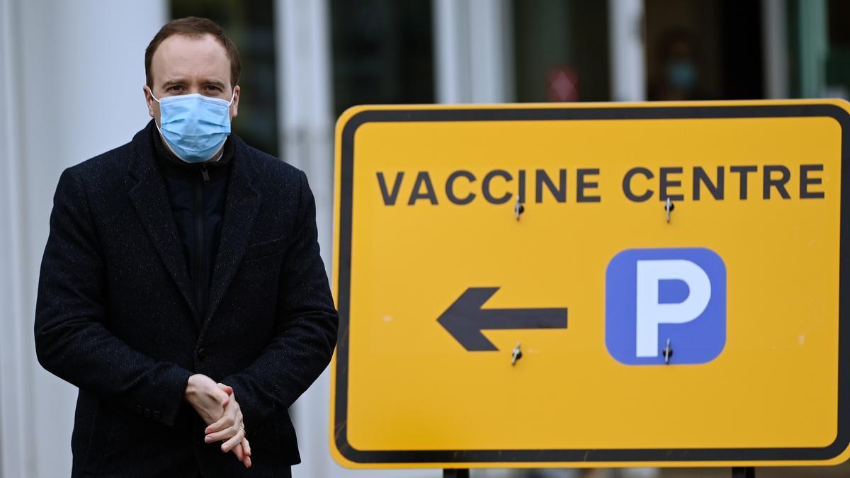 El ministro de Sanidad británico, Matt Hancock, en un centro de vacunación en Epsom, Reino Unido. EFE/EPA/ANDY RAIN