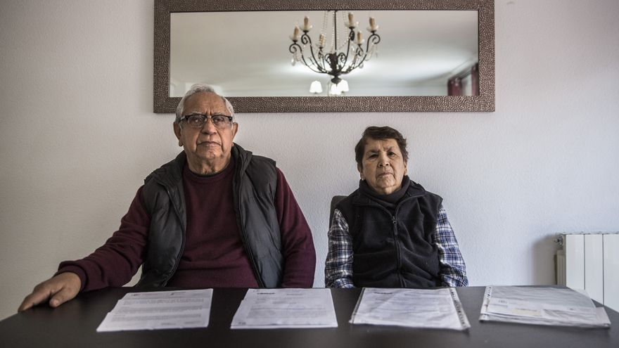 Juan y Paola llevan meses de papeleo para conseguir acceder a la sanidad universal. Él tiene cáncer de próstata y ella padece hipertensión.