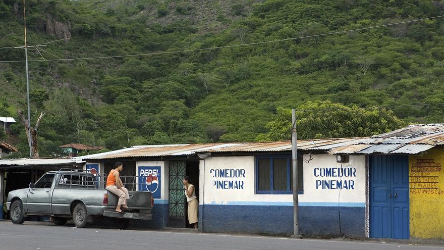 Tiendas en la frontera entre Honduras y El Salvador, 16 de junio de 2006.    UN Photo/Mark Garten.