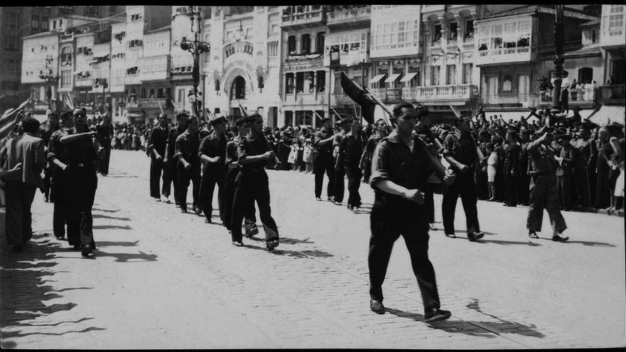 Desfile de Falangistas en el centro de A Coruña tras el golpe de 1936
