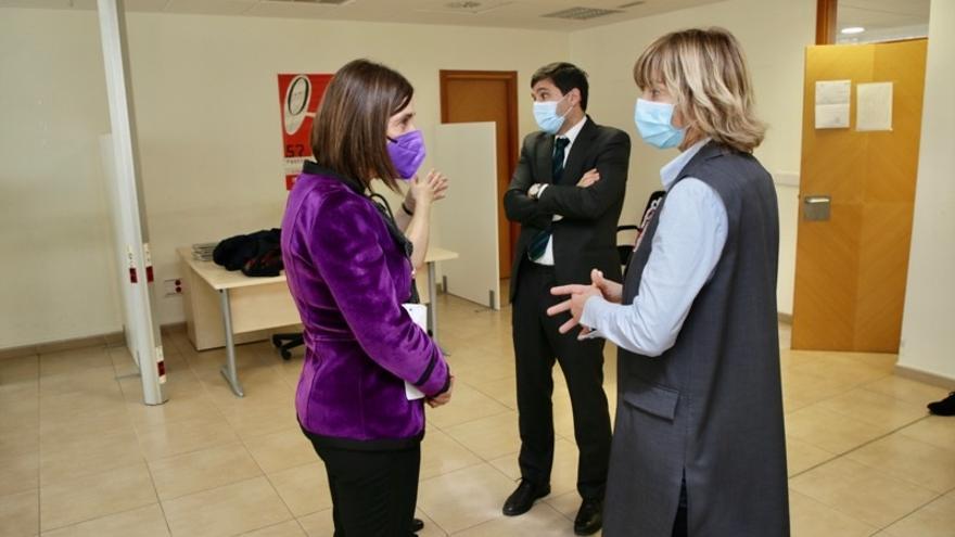La consejera de Justicia, Paula Fernández, visita la Oficina de Asitencia a las Víctimas de Delito