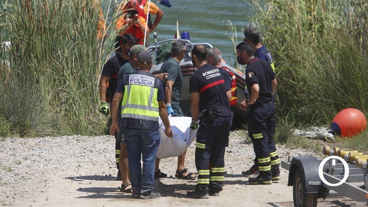Los bomberos trasladan el cadáver del joven