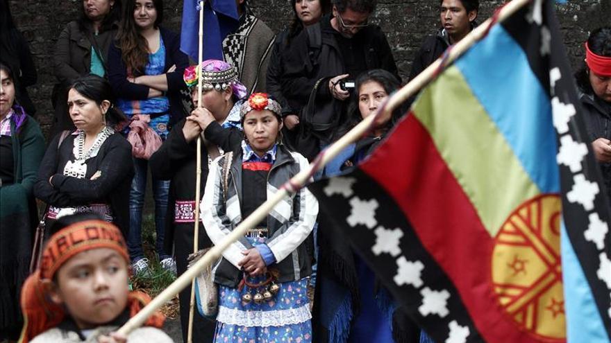 Unos 70 mapuches protestan en Santiago por la muerte de un indígena en el sur de Chile