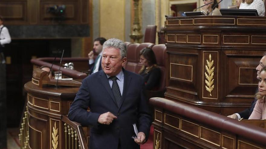 El diputado de Nueva Canarias (NC), Pedro Quevedo, tras su intervención en la sesión de la tarde de la segunda jornada del debate de investidura del candidato del PP, Mariano Rajoy