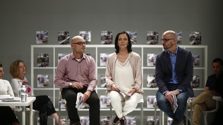 Carolina Bescansa, Nacho Álvarez (d) y el diputado Txema Guijarro en la presentación del programa de Podemos para el 26J.