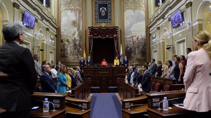 Minuto de silencio en el Parlamento de Canarias