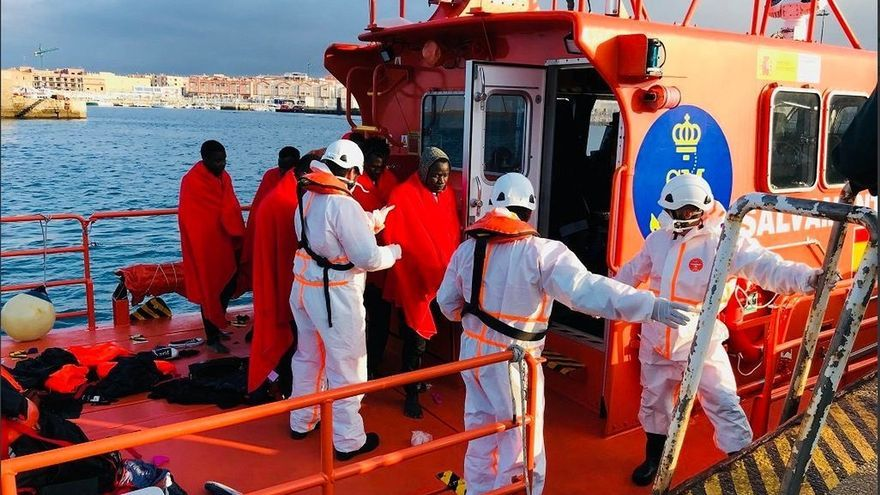 Rescatadas casi cien personas en dos pateras interceptadas en aguas del Estrecho