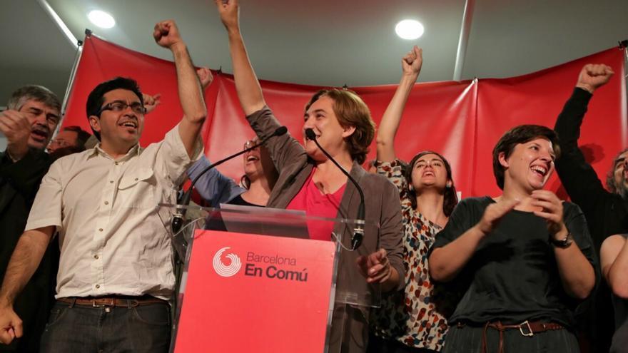 Ada Colau i alguns i els futurs regidors de Barcelona En Comú celebrant la victòria / ENRIC CATALÀ